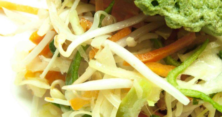 Gebakken ei met roerbak groenten en spinazie poeder