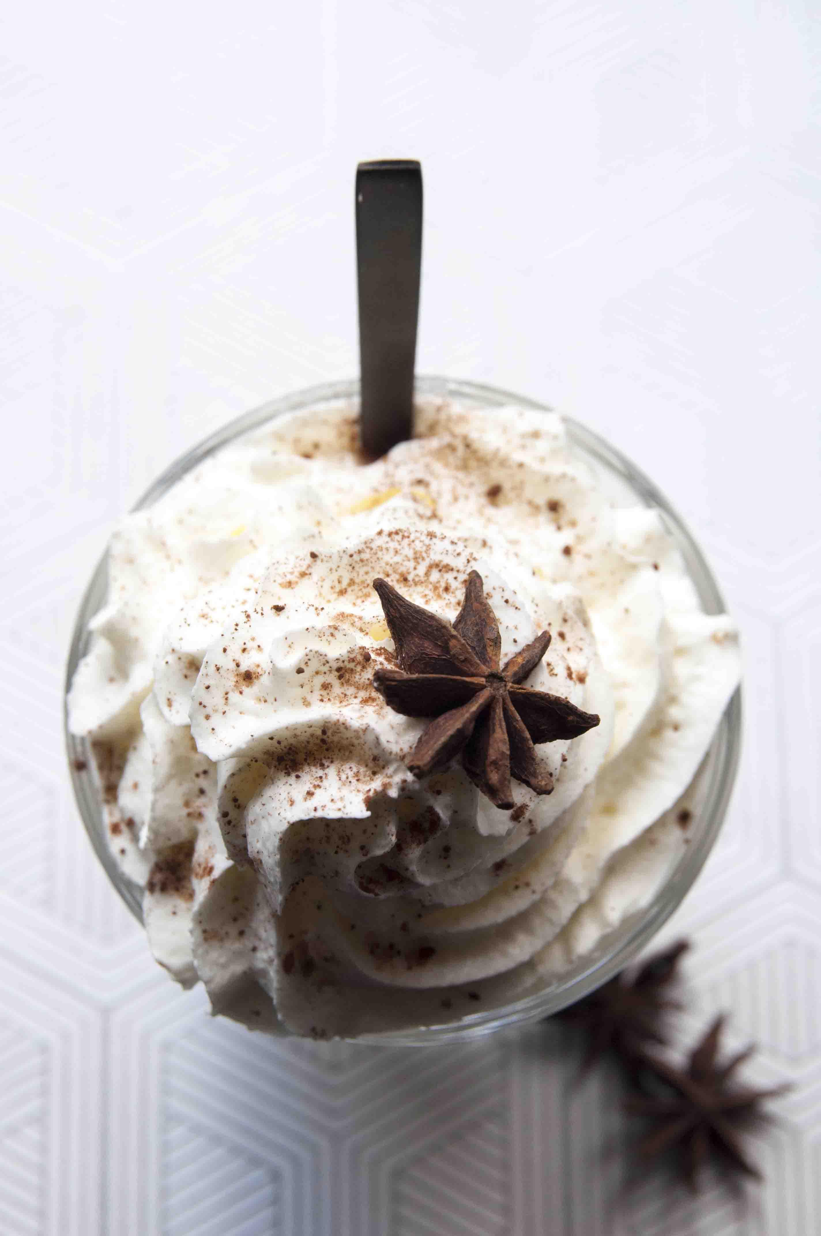 Romige witte chocolademelk met steranijs